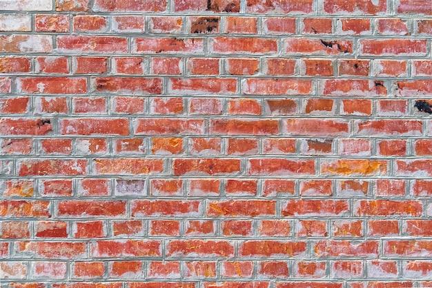 Ristrutturato vecchio muro di mattoni rossi texture. muro di mattoni rosso esposto all'aria, grungy con vecchia vernice bianca scrostata.