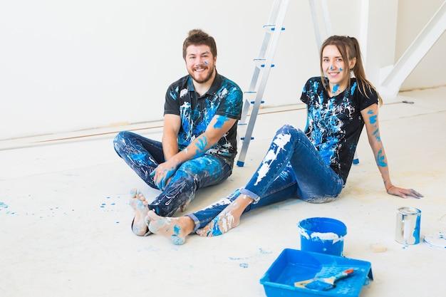Ristrutturazione ristrutturazione e concetto di persone giovane coppia facendo una ristrutturazione nella nuova casa e divertirsi
