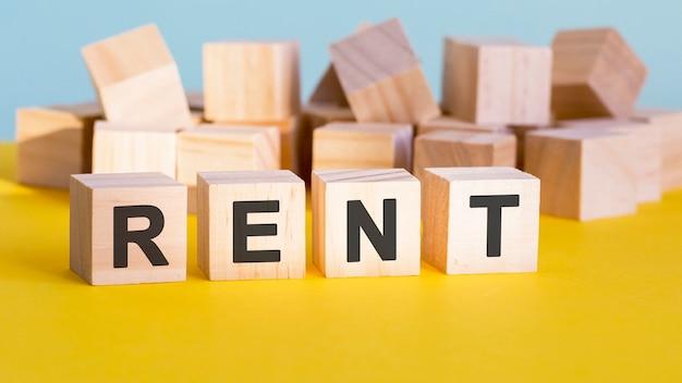 Affitta la costruzione di parole con blocchi di lettere e una profondità di campo ridotta, concetto di business