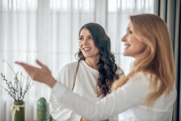 Affitto appartamento. giovane donna che parla con un agente immobiliare dell'affitto di un appartamento