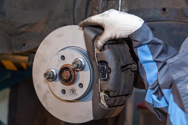 Riparazione delle pastiglie dei freni sull'auto. riparazione dei freni