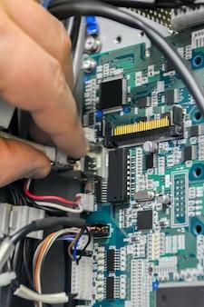 Riparazione scheda elettronica. rimozione presa dalla scheda elettronica per controllo e riparazione. concetto di industria.