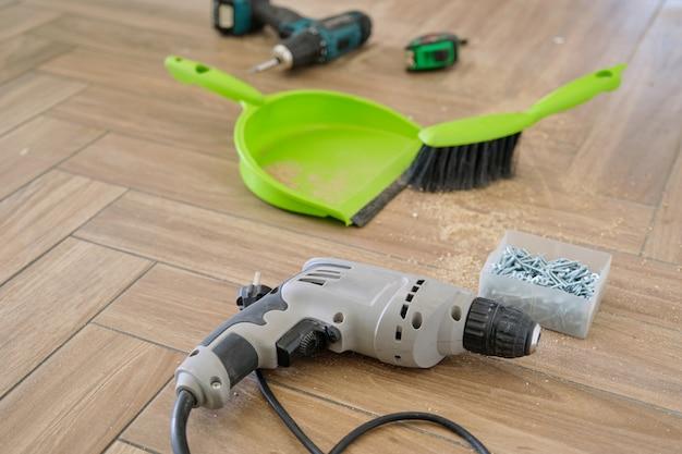 Riparazione, montaggio mobili, trapano avvitatore professionale per utensili elettrici