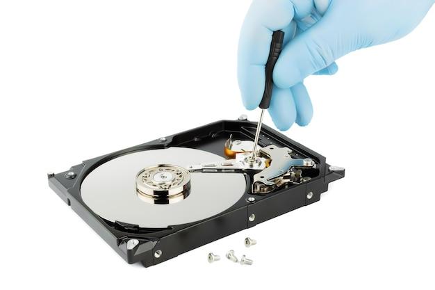Riparazione e manutenzione del disco rigido isolato su bianco