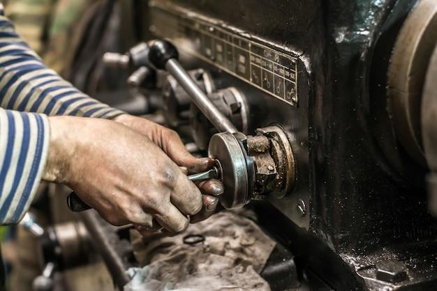 Riparazione di vecchi tornio per la lavorazione dei metalli