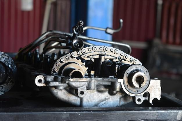 Parti di riparazione per auto in garage