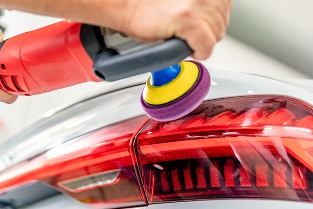 Riparazione e lucidatura di fanali posteriori e carrozzeria di auto di lusso