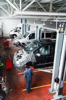 Officina di riparazione con processo di manutenzione dell'auto