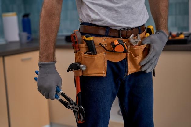 Strumenti di riparazione cintura e chiave in mano del lavoratore