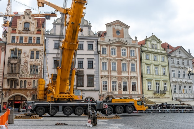 Lavori di riparazione sulla piazza della città vecchia di praga, repubblica ceca.