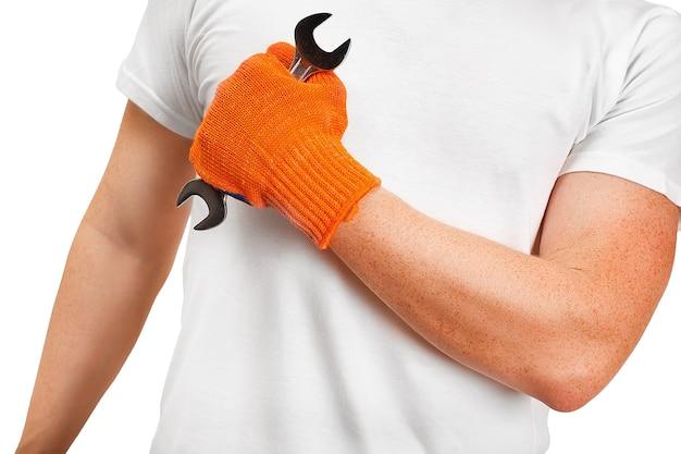 Mani del riparatore con una chiave inglese