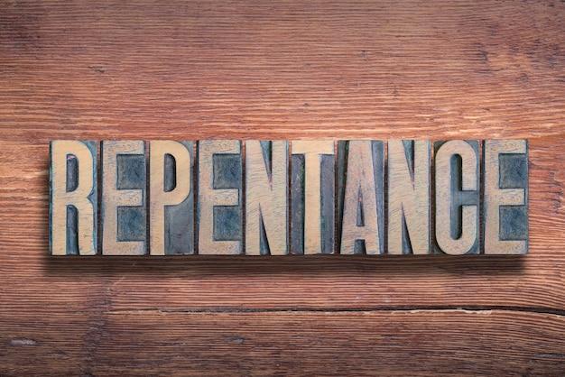Parola di pentimento combinata su superficie di legno verniciata vintage