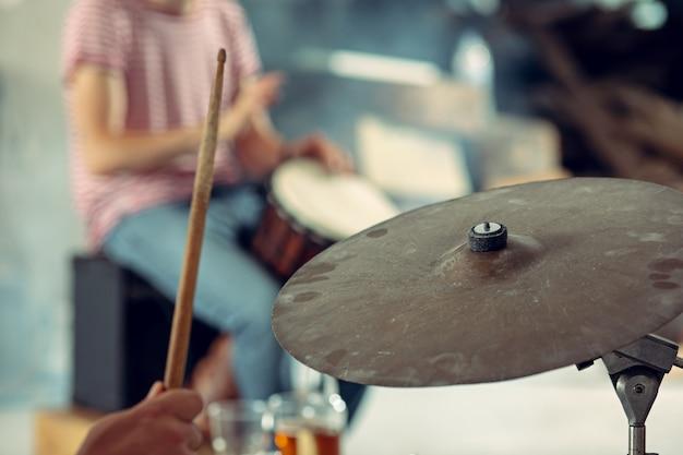 Ripetizione del batterista della band di musica rock al loft musica rock e concetto di jam session