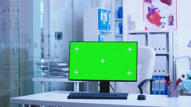 Display del computer sostituibile in ospedale e medico che arriva in clinica. desktop con spazio vuoto e copia disponibile sul display dello specialista in medicina nell'armadietto della clinica.