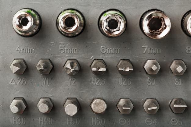 Accessori di ricambio e bit per la riparazione. cassetta portautensili con varie teste per bulloni e dadi