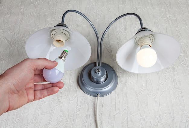 Sostituzione delle lampadine elettriche in lampada da parete, lampadina a led