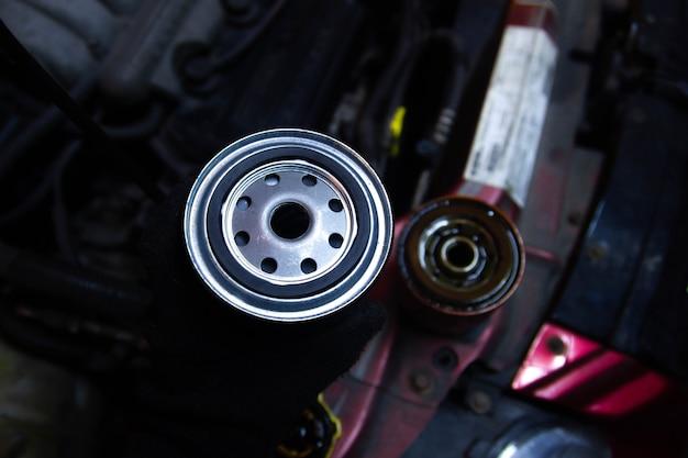 Sostituzione del filtro dell'olio su un filtro nuovo e vecchio del motore di un'auto