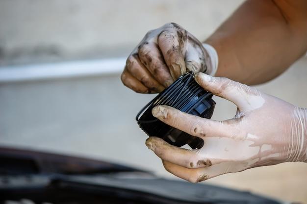 Sostituzione del filtro dell'olio sull'auto. messa a fuoco selettiva
