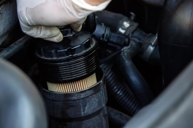 Sostituzione del filtro dell'olio sull'auto.