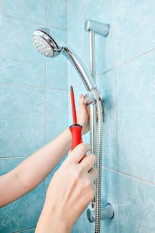 Sostituzione dell'impianto idraulico in bagno, doccetta a parete con staffa regolabile con regolazione ravvicinata e supporto per tubo flessibile.