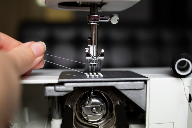 Sostituzione del rocchetto di filo sulla macchina da cucire