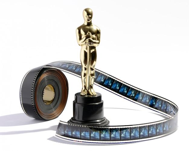Replica della statua dell'oscar con un rotolo di film