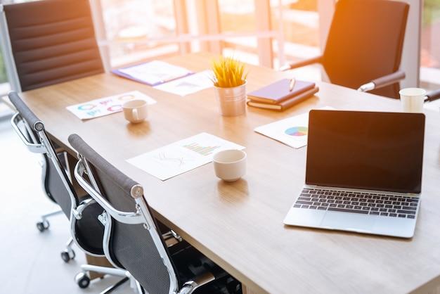 Riferisca carta, computer portatile, tablet sul posto di lavoro di ufficio di scrivania