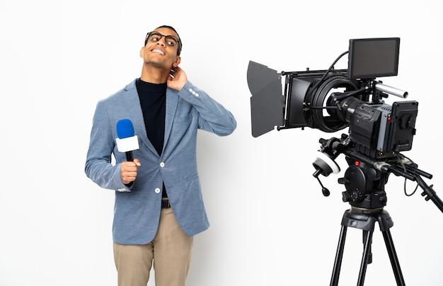 Reporter afroamericano uomo in possesso di un microfono e segnalazione di notizie su sfondo bianco isolato pensando un'idea