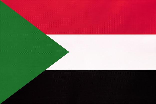 Bandiera del tessuto nazionale della repubblica del sudan, sfondo tessile. simbolo del mondo paese africano.