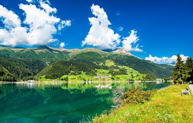 Lago di resia, un lago artificiale in alto adige, alpi italiane