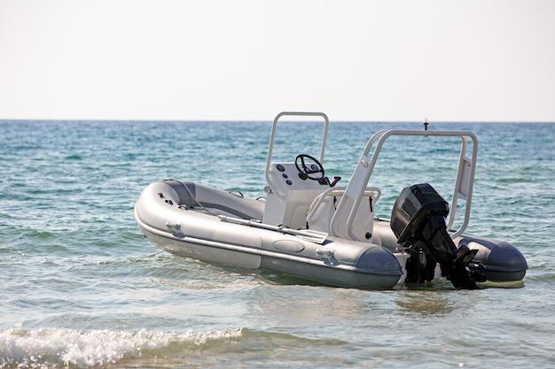 Salvataggio barca a motore in riva al mare