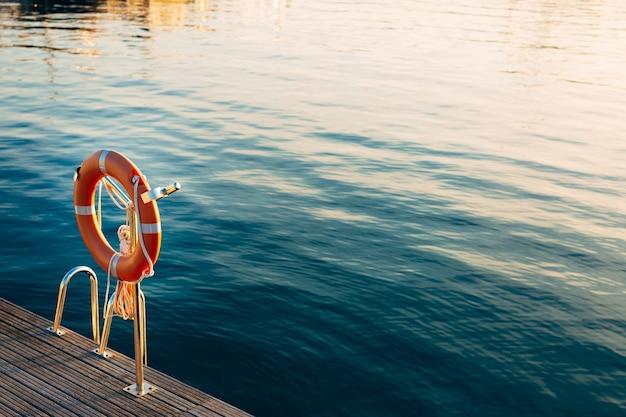 Salvataggio cerchio rosso in riva al mare nel territorio di porto montenegro