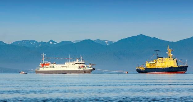 La nave di soccorso nella baia di avacha nell'oceano pacifico
