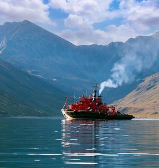La nave di soccorso nella baia della penisola di kamchatka