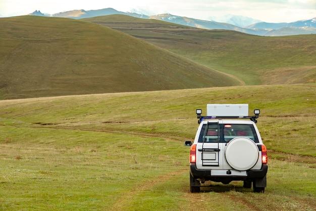 Automobile del soccorritore nella montagna dell'erba verde