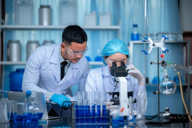 I ricercatori stanno lavorando in un laboratorio chimico.