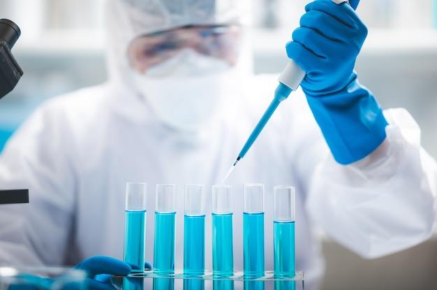 Ricercatore scienziato che lavora analisi con provetta liquida blu in laboratorio, scienza chimica o tecnologia sperimentale di biologia medica, soluzione di sviluppo farmacia