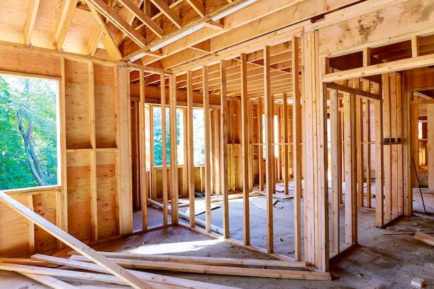 Nuova casa di legno della struttura residenziale del fascio sull'interno domestico della costruzione all'interno di un inquadramento