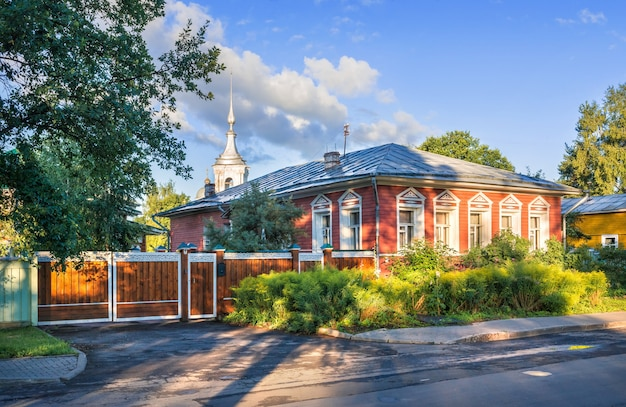 Edificio residenziale in via mayakovsky a vologda in una mattina di inizio estate