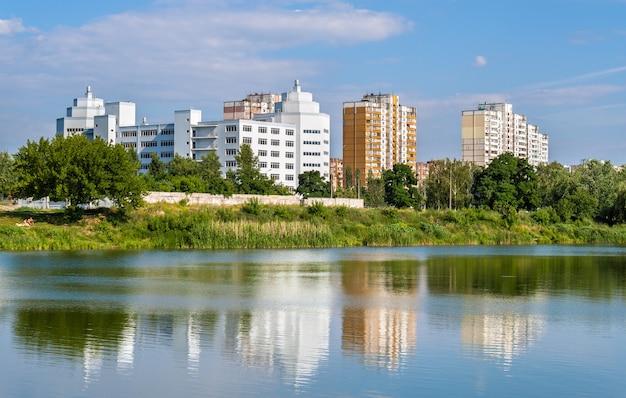 Edifici residenziali su un lago a kiev