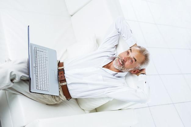 Un rispettabile uomo d'affari, un uomo di età, in ufficio, seduto