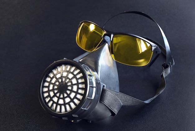 Respiratore e occhiali come concetto gentile di sopravvivenza in condizioni di pericolo