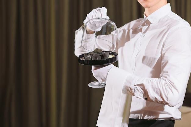 Delicatezza dello chef del ristorante. funghi vegani al tartufo. concetto di pasto servizio cameriere