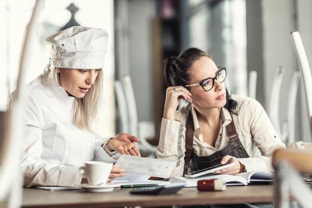 I dipendenti del ristorante colpiti duramente dalla coronacrisi pensano al futuro degli affari sulle bollette in un'operazione chiusa.