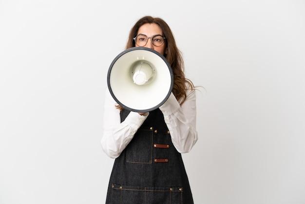 Ristorante cameriere di mezza età donna isolata su sfondo bianco che grida attraverso un megafono