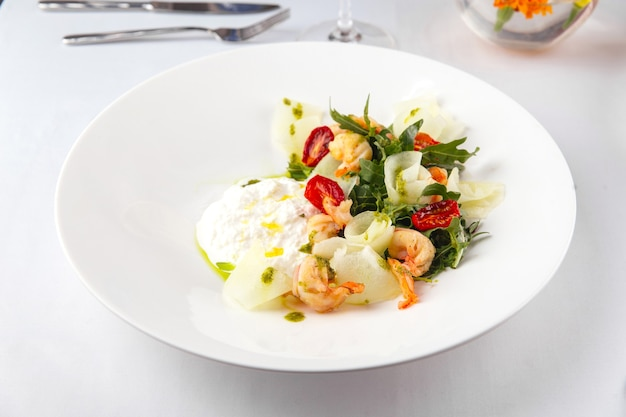 Ristorante servito piatto di insalata di gamberetti gourmet