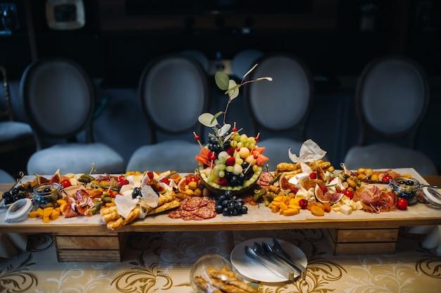 Servizio ristorante. tavolo ristorante con cibo all'evento spuntini sul tavolo catering.