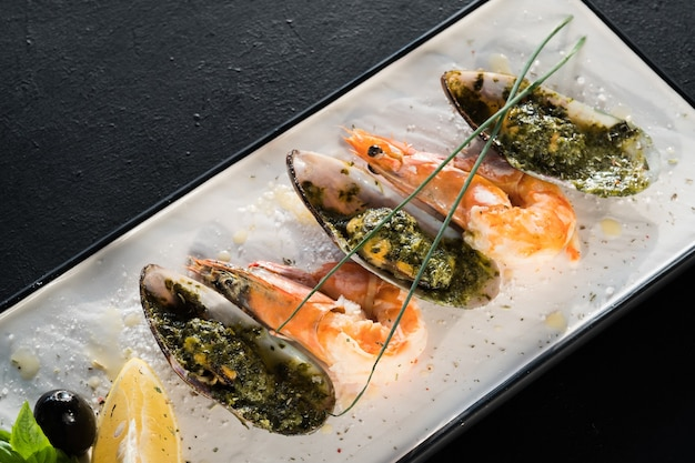 Ristorante prelibatezza di crostacei. piatto di frutti di mare su grigio