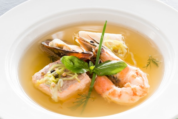 Menù di crostacei del ristorante. cucina raffinata. zuppa di mare.