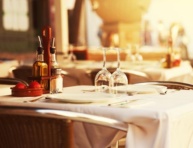 Tavolo ristorante al tramonto